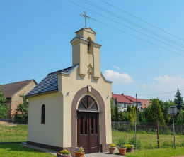 Kapliczka przydrożna, domkowa pryz ulicy Strzeleckiej. Nogowczyce, gmina Ujazd, powiat strzelecki.