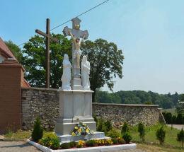 Krzyż kammienny stojący przed ogrodzeniem kościelnym. Płużnica Wielka, gmina Strzelce Opolskie, powiat strzelecki.