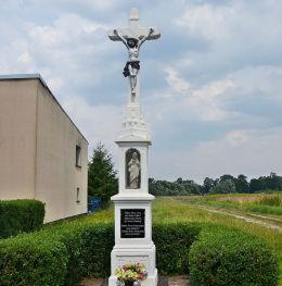 Wschodni krzyż błagalny. Ufundowany przez Ludwiga Golec w 1934 roku w miejsce starego krzyża drewnianego. Staniszcze Wielkie, gmina Kolonowskie, powiat strzelecki.