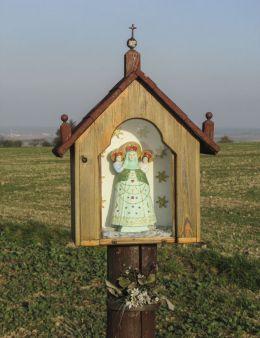 Przydrożna drewniana kapliczka skrzynkowa na słupku. Wysoka, gmina Leśnica, powiat strzelecki.