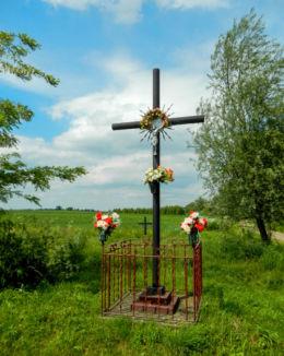 Krzyż przydrożny, metalowy. Ostrów, gmina Radymno, powiat jarosławski.