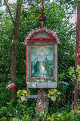 Przydrożna kapliczka wzniesiona w 1923 roku dla upamiętnienia Dziuli ze Steckich Adamowej Potockiej. Brzóza Królewska, gmina Leżajsk, powiat leżajski.