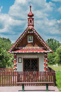 Kapliczka przydrożna domkowa drewniana. Giedlarowa, gmina Leżajsk, powiat leżajski.