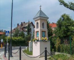 Przydrożna kapliczka z XIX wieku stojąca na rondzie Prezydenta Kaczyńskiego. Leżajsk, powiat leżajski.