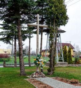 Krzyż przed kościołem Matki Bożej Różańcowej. Jata, gmina Jeżowe, powiat niżański.