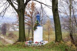 Przydrożna kapliczka z figurą św. Anny. Babice, gmina Krzywcza, powiat przemyski.