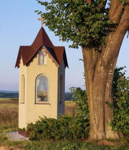 Przydrożna kapliczka  murowana stojąca na rozstaju dróg. Kąkolówka, gmina Błażowa, powiat rzeszowski.