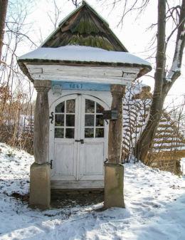 Kapliczka drewniana domkowa. Muzeum Budownictwa Ludowego. Sanok, powiat sanocki.