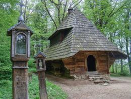 Kapliczka drewniana skrzynkowa. Muzeum Budownictwa Ludowego. Sanok, powiat sanocki.