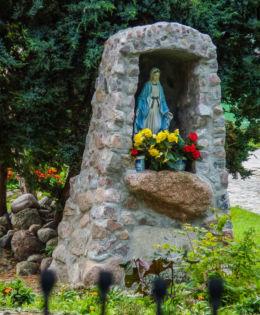 Kapliczka grota obok kościóła pw. Matki Bożej Częstochowskiej. Duninowo, gmina Ustka, powiat słupski.
