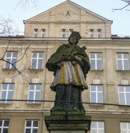 Przydrożna kapliczka z barokową figurą św. Jana Nepomucena. Bielsko-Biała, powiat bielski.