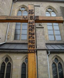 Krzyż misyjny przy Kościele Niepokalanego Poczęcia NMP. Plac ks. dr. Emila Szramka 1. Katowice, Katowice.