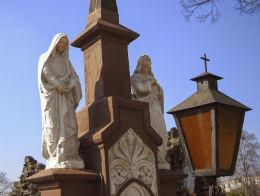 Krzyż kamienny z 1893 r. stojący obok kościoła pw. kościoła Matki Boskiej Królowej Różańca Świętego. Łaziska Górne, powiat mikołowski.