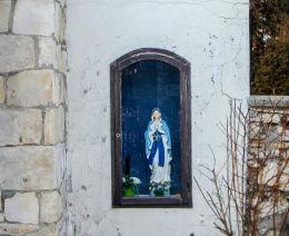Kapliczka z figurą MB z Lourdes w murze otaczającym kościół św. Apostołów Piotra i Pawła. Mikołów, Paniowy, powiat mikołowski.