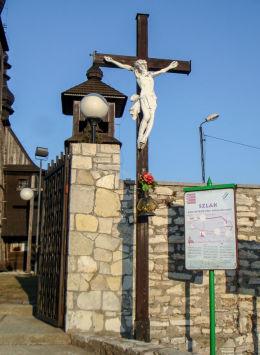 Krzyż przy zabytkowym kościele św. Apostołów Piotra i Pawła. Mikołów, Paniowy, powiat mikołowski.