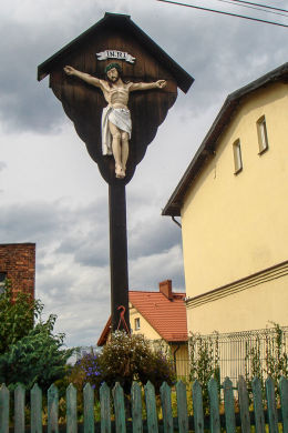 Drewniany krzyż przydrożny z początków XIX z figurą Chrystusa. Ulica Wolności 21. Mikołów, Paniowy, powiat mikołowski.