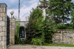 Krzyż przy kościele św. Apostołów Piotra i Pawła, ul.Staromiejska 95. Mikołów, Paniowy, powiat mikołowski.