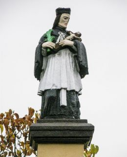 Przydrożna kapliczka z figurą św. Jana Nepomucena. Orzesze, powiat mikołowski.