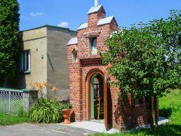 Kapliczka przydrożna domkowa z 1934 roku. Wewnątrz znajduje sę obraz MB Częstochowskiej. Orzesze, Zgoń, powiat mikołowski.