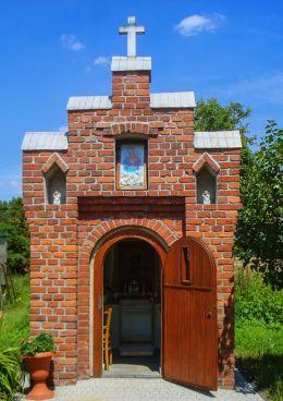 Kapliczka domkowa z 1934 roku. Wewnątrz znajduje sę obraz MB Częstochowskiej. Orzesze, Zgoń, powiat mikołowski.