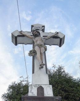 Przydrożny krzyż kamienny z figurami Chrystusa i Matki Boskiej ufundowany przez rodzinę Waleczek w 1889 r. Orzesze, powiat mikołowski.