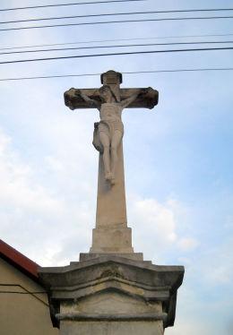 Krzyż przydrożny Boża Męka z datą 1884 - 1927, z figurą Chrystusa i Matki Boskiej. Orzesze, powiat mikołowski.