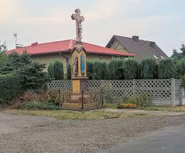 Przydrożny krzyż kamienny z 1897 r. z postaciami Matki Bozej, Marii Magdaleny i sw,Franciszka. Orzesze, Zawisc, powiat mikołowski.