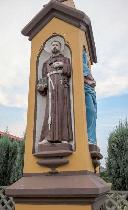 Krzyż kamienny 1897 r. z postaciami Matki Bozej, Marii Magdaleny i sw,Franciszka. Orzesze, Zawisc, powiat mikołowski.