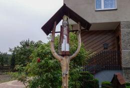 Przydrożna drewniana kapliczka na słupku. Orzesze, Mościska Gospoda, powiat mikołowski.