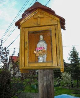 Przydrożna drewniana kapliczka skrzynkowa na słupku,  ul.Bieni. Orzesze, Jaśkowice, powiat mikołowski.