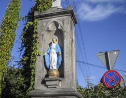 Kamienny krzyż przydrożny z 1892 r. Figura Matki Boskej. Fundatorzy Franciszek i Franciszka Pissarek. Orzesze, Woszczyce, powiat mikołowski.