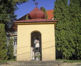 Kaplica przydrożna domkowa pod wezwaniem  Św. Jana Nepomucena. Ulica Długosza 51. Orzesze, Woszczyc, powiat mikołowski.