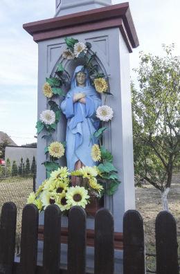 Kamienny krzyż przydrożny z Matką Boską. Orzesze, Królówka, powiat mikołowski.