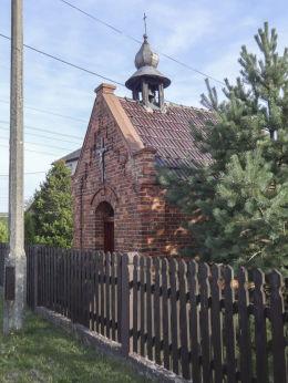 Przydrożna kapliczka domkowa Matki Boskiej Dobrej Nadziei stojąca przy ulicy Pisarka 48. Orzesze, Królówka, powiat mikołowski.
