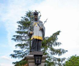 Przydrożna kapliczka z figurą św. Jana Nepomucena. Wyry, powiat mikołowski.
