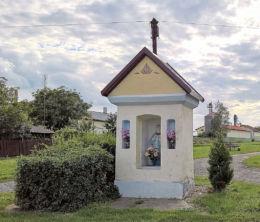 Kapliczka przydrożna z XIX wieku z figurą Matki Boskiej stojąca przy ul. Wyzwolenia 155. Kryry, gmina Suszec, powiat pszczyński.