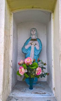 Kapliczka przydrożna z XIX wieku z figurą Matki Boskiej. Kryry, gmina Suszec, powiat pszczyński.
