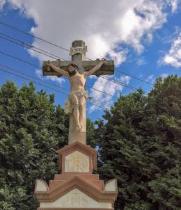 Przydrożny krzyż - Boża Męka z 1908 r. stojący przy ulicy Nierad, róg Skotniczej. Kryry, gmina Suszec, powiat pszczyński.