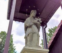Figura św.Jana Nepomucena z 1855 r. stojąca obok kościoła Wniebowzięcia N.M.P. Studzionka, gmina Pszczyna, powiat pszczyński.