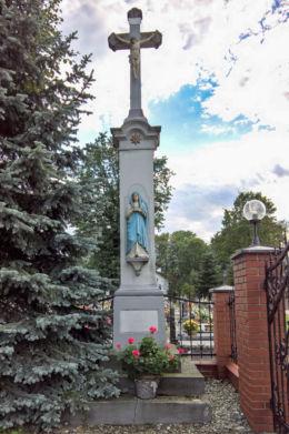Krzyż Boża Męka stojący obok kościoła Wniebowzięcia Najświętszej Maryi Panny. Studzionka, gmina Pszczyna, powiat pszczyński.