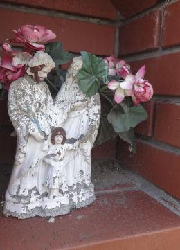 Kapliczka przydrożna, murowana z figurką Matki Boskiej Częstochowskej. Suszec, powiat pszczyński.