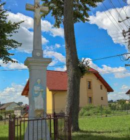 Przydrożny krzyż z 1840 r. stojący przy na skrzyżowaniu ulicy Szkolnej z Dolną. Suszec, powiat pszczyński.