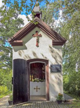 Przydrożna kapliczka domkowa z 1804 r. poświęcona św. Annie, stojąca przy ulicy Wyzwolenia 21. Suszec, powiat pszczyński.