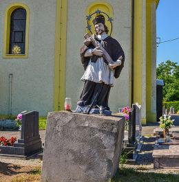 Figura św. Jan Nepomucena stojąca obok kościóła św. Jana Chrzciciela. Maków, gmina Pietrowice Wielkie, powiat raciborski.