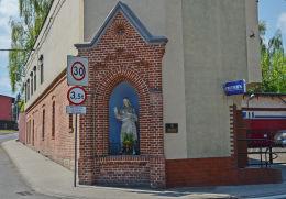 Przydrożna kapliczka na rogu budynku, ul. Młodzieżowa 23. Ruda Śląska, Ruda Śląska.