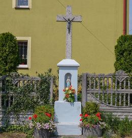 Przydrożny krzyż kamienny z kapliczką przy ulicy Poprzecznej. Adamowice, gmina Lyski, powiat rybnicki.