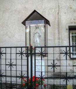 Przydrożna kapliczka obok zgromadzenia zakonnego Sióstr Służebniczek NMP. Bełk, gmina Czerwionka Leszczyny, powiat rybnicki.