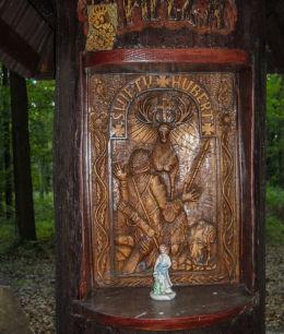 Płaskorzeźba św. Huberta na przydrożnej kapliczce z 2012 roku. Czerwionka-Leszczyny, powiat rybnicki.