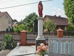 Kapliczka przydrożna, pomnik poległych podczas dwóch wojen światowych. Raszczyc, gmina Lyski, powiat rybnicki.
