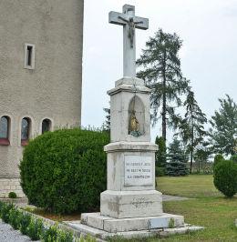 Krzyż z 1935 r przy kościele Najświętszego Serca Pana Jezusa. Fundatrzy rodzina Giera. Wojska, gmina Tworóg, powiat tarnogórski.